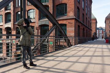 junger Hobbyfotograf beim Fotografieren von Architektur