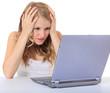Mädchen sitzt verzweifelt vor dem Laptop