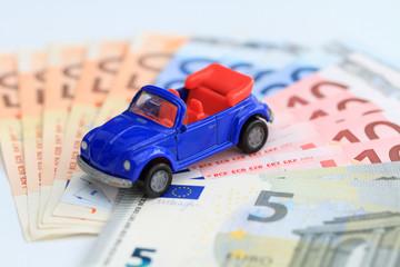 blaues Auto aus Euroscheinen