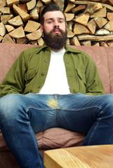 Mann mit Bart entspannt sitzend