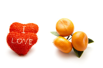 Rote Herzen mit Plastik Mandarine
