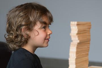 Enfant qui joue au kapla
