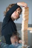 Enfant construisant un Kapla