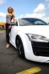 femme et voiture sportive