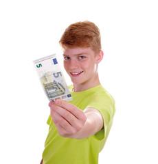 Junge zeigt neuen 5 Euro Schein