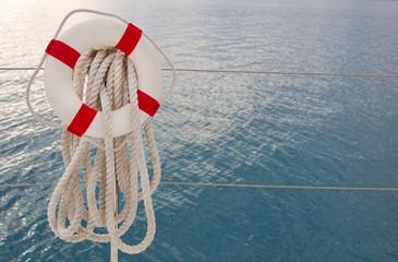 Maritimer blauer Hintergrund mit Rettungsreifen