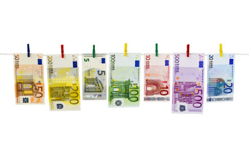 Geld-Euroscheine hängen an Wäscheklammern vor weißem Hintergrund