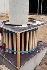 Fundament und Verschalung für eine Säule aus Beton