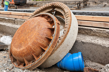Kanaldeckel und Schachtrahmen abgelegt bei Bauarbeiten