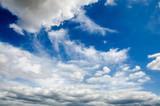 Sommerlicher Himmel mit weißen Wolken und Gewitterwolken