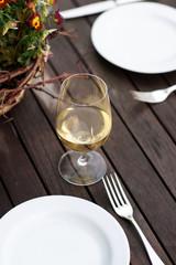 Glas Weißwein zum Abendessen