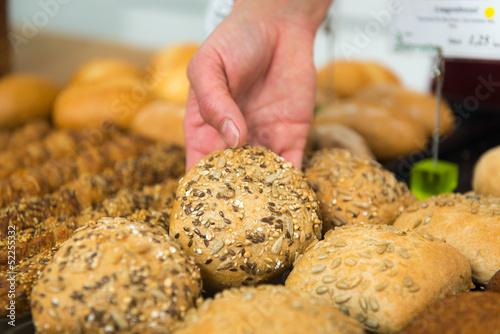 bäcker verkauft brötchen