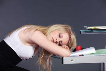 Junge Schülerin schläft im Unterricht