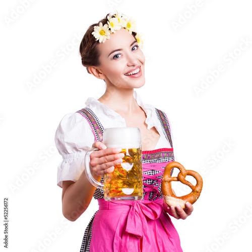 attraktive junge Frau im Dirndl mit Bierkrug und Brezel