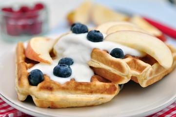 Vollkorn Waffeln mit Joghurt und Obst