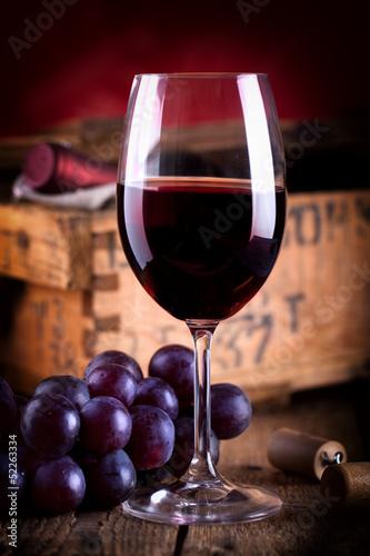 canvas print picture Glas Rotwein vor antiker Weinkiste