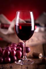 Rotweinglas mit Weinkiste