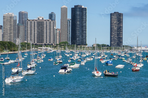 Fotobehang Grote meren Chicago skyline with yachts and waterfront