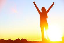 Glückliche Gewinner feiert Erfolg Frau Sonnenuntergang