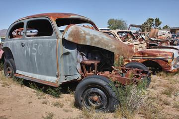 altes rostiges Auto ohne Motor