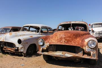 Vorderansicht alter rostiger Autos