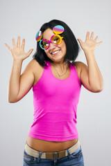 Девушка в смешных очках