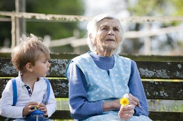 Kind mit Großmutter