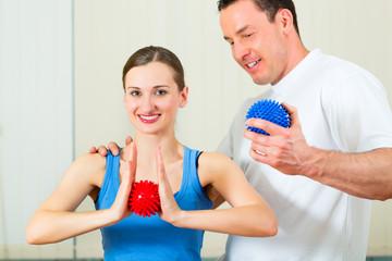Patientin bei der Physiotherapie mit Ball
