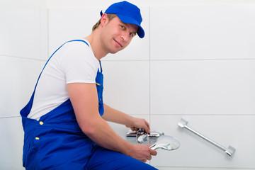 Kempner oder Installateur bei Arbeit im Bad