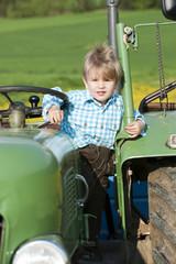 Junge auf einem Traktor