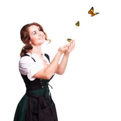attraktive junge Frau im Dirndl mit Schmetterlingen