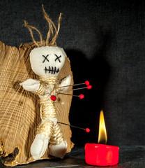 Voodoopuppe mit Kerze