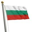 Die Flagge von Bulgarien flattert am Fahnenmast