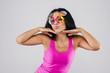 Кокетливая девушка в очках