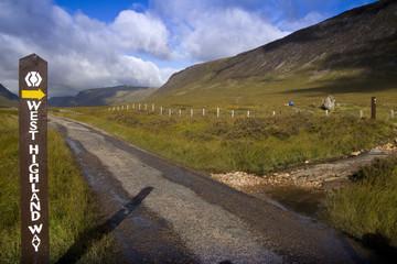 Weg mit Schild und Abzweigung West Highland Way in Schottland