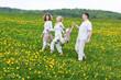 glückliche familie geht über ein blumenwiese
