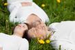 familie liegt entspannt im gras