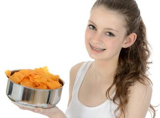 Schülerin mit Schüssel voller Chips