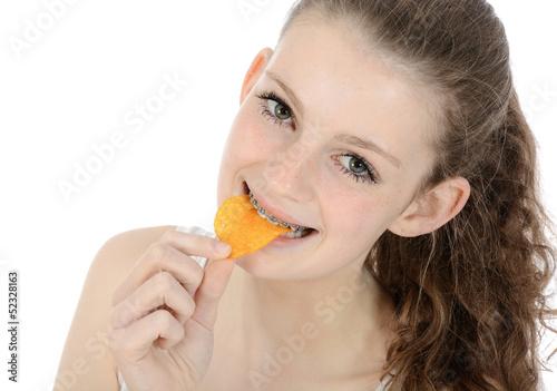 Schülerin isst Chips