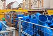 Kunststoffrohre und Tonrohr gelagert auf einer Baustelle