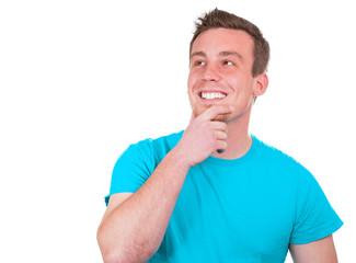 Mann grinst und denkt nach