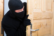 Einbruch - Täter öffnet eine Tür
