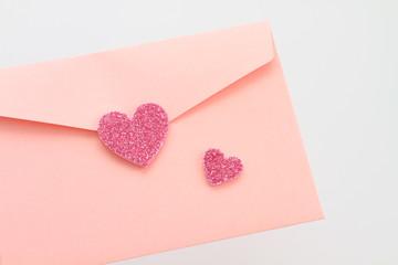ラブレター ピンクの封筒とハート