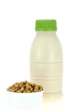 Soja obok butelka świeżego mleka sojowego (mleka sojowego, sojowy)