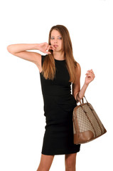 девушка в чёрном платье и с сумкой