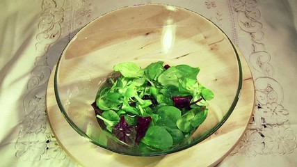 Preparando una ensalada de lechuga plano general