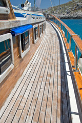 Pont d'un voilier en bois, fond mer