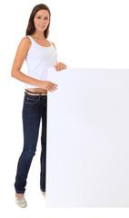 Attraktive junge Frau steht neben weißem Schild