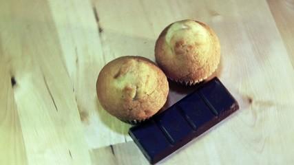 Magdalenas con chocolate, plano cenital, movimiento circular