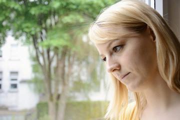 Junge Frau in Sorge